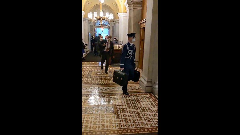 El complicado traspaso del maletín nuclear en los pasillos del Capitolio por la ausencia de Trump