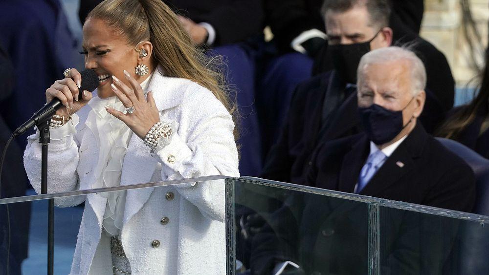 La cantante Jennifer López deslumbra y jura lealtad en español en la investidura de Joe Biden