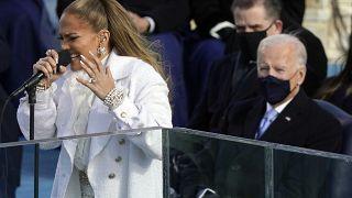 Jennifer López durante su actuación bajo la atenta mirada del flamante presidente de EE.UU., Joe Biden
