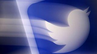 شعار تويترعلى هاتف محمول في أرلينغتون، فيرجينيا. عندما تولى الرئيس الأمريكي جو بايدن منصبه