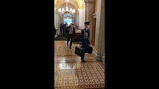Atomkoffer der Vereinigten Staaten in den Fluren des Kongresses