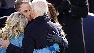 Ölelés az eskütétel után: Biden feleségét és fiát öleli magához