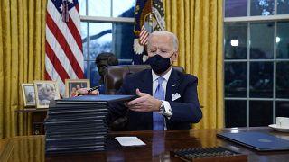 """Le nouveau président des Etats-Unis au travail : Joe Biden veut """"effacer"""" l'ère Trump"""