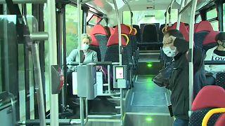 Usuarios en un autobús en Mallorca