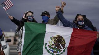 Partidarios de Joe Biden con una bandera de México en Las Vegas, 07/11/2020