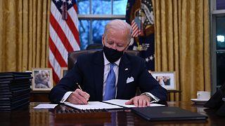 الرئيس الأمريكي جو بايدن في المكتب البيضاوي حيث يوقع سلسلة من المراسيم الرئاسية