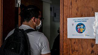 Um estudante entra de máscara numa sala de aula em Portugal