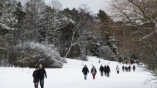 Люди на прогулке в окрестностях Стокгольма