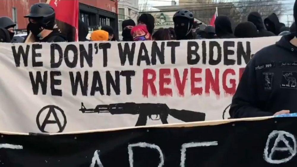 """""""Nous ne voulons pas de Biden, mais nous venger"""" : une manifestation tourne à l'émeute à Portland"""