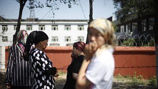 Emniyet binası önünde toplanan Uygur kadınlar (arşiv)