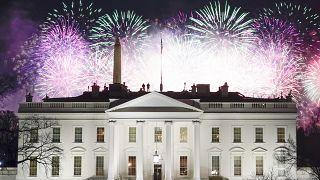 عرض الألعاب النارية فوق البيت الأبيض كجزء من احتفالات يوم تنصيب الرئيس جو بايدن ونائبة الرئيس كامالا هاريس، الأربعاء 20 يناير 2021، في واشنطن