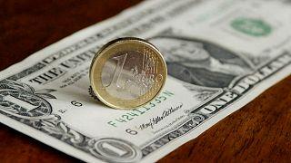 اسکناس ۱ دلاری و سکه ۱ یورویی