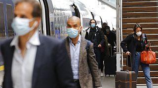 Ταξιδιώτης φτάνει στο Παρίσι