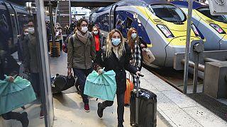 Utasok a Gare du Nord pályaudvaron