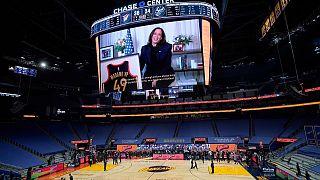 Harris und Trikot auf dem Riesenbildschirm im Chase Center