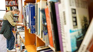 A Parigi la libreria a caratteri giganti che vende libri per ipovedenti