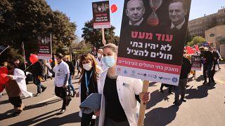 العاملون في المجال الطبي يحتجون أمام مكتب بنيامين نتنياهو في القدس