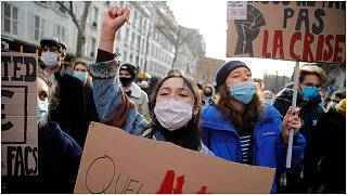 طلاب يتظاهرون في باريس يوم الأربعاء