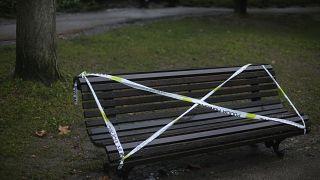 В Португалии из-за эпидемии коронавируса запрещено сидеть на скамейках в парках.