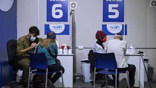 İsrail, 16-18 yaş arası gençleri sınavların aksamaması için Covid-19 aşı programına dahil etti.