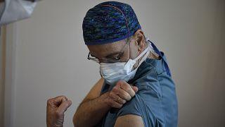 Un sanitario espera para ser vacunado con una dosis de Moderna en Pamplona, España