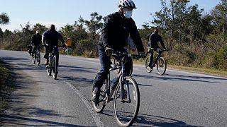 بایدن در حال دوچرخه سواری