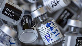 Άδεια φιαλίδια δόσεων του εμβολίου των Pfizer/BionTech