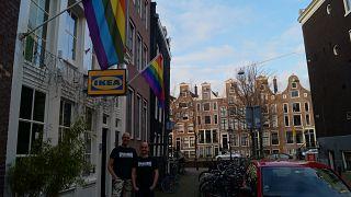 Steven Koudijs und Tomas Adamer vor der seit 1978 bestehenden Spijkerbar, Amsterdam
