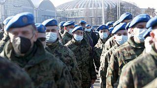 Serbische Soldaten warten auf die Impfung mit chinesischen Corona-Impfstoff Sinofarm