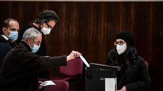 تدلي امرأة بصوتها في التصويت المبكر للانتخابات الرئاسية، جامعة لشبونة، البرتغال، 17 يناير 2021