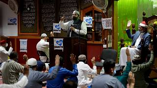 إمام يخاطب المسلمين في مسجد في بريطانيا