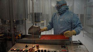 معمل معالجة اللقاحات والتعبئة والتغليف في معهد فينلاي للقاحات في هافانا، كوبا، 20 يناير 2021