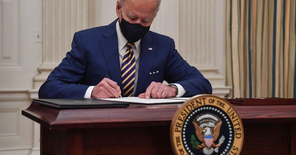 Joe Biden signe plusieurs décrets pour le plan de relance américain   Africanews