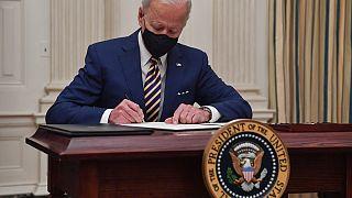 Joe Biden signe plusieurs décrets pour le plan de relance américain