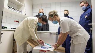 Az újonnan érkezett Pfizer-BioNTech-vakcinákat csomagolják ki a balassagyarmati Dr. Kenessey Albert Kórházban 2021. január 20-án.
