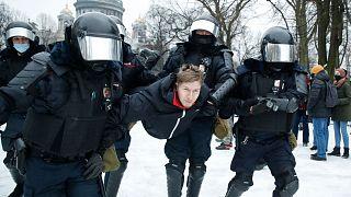 دستگیری یک معترض به بازداشت الکسی ناوالنی