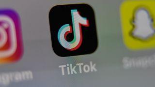 شعار تيك توك على شاشة لوحية في ليل. 2020/05/05