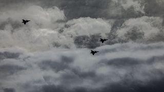 A Magyar Honvédség Gripen típusú vadászrepülőgépei kötelékrepüléssel búcsúztak a 97 éves korában elhunyt Frankó Endre nyugállományú főhadnagytól.