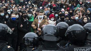 Un grupo de personas parado frente a la policía durante una protesta contra el encarcelamiento del líder de la oposición Alexéi Navalni en Moscú, Rusia, el 23 de enero de 2021