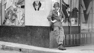 جندي فرنسي يقف حارسا في وهران، الجزائر ، 2 آيار / مايو 1962
