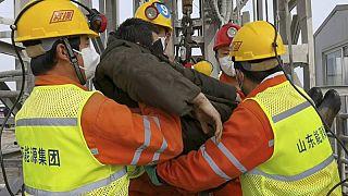 Rescatan a once de los 22 mineros que quedaron atrapados a 600 metros de profundidad en China