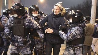 الشرطة تعتقل رجلا خلال مظاهرة ضد اعتقال زعيم المعارضة ألكسي نافالني في موسكو. 2021/01/23