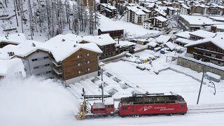 Hókotró és mozdony Zermattban 2018. január 10-én