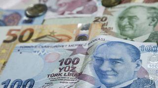 Çok uluslu yatırım bankası Goldman Sachs, Türk Lirası'nın değer kazanma trendinin rezervlerle sınırlanabileceğini duyurdu.