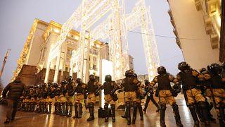 Сотрудники силовых структур перекрывают улицу в Москве 23 января 2021