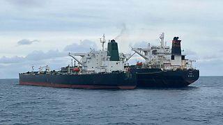نفتکش تحت پرچم ایران(چپ) و نفتکش تحت پرچم پاناما که توسط اندونزی توقیف شدند