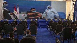 الطبيب عبد المنعم سليم أول مصري يتلقى لقاح كوفيدـ19 الصيني في مستشفى أبو خليفة في الإسماعيلية. 2021/01/24