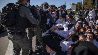 ویدئو؛ درگیری پلیس با یهودیان ارتدوکس تندرو در اسرائیل بر سر رعایت محدودیتها