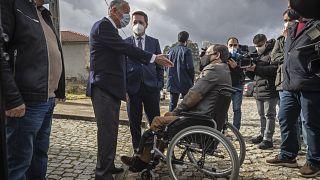 Der amtierende Präsident Rebelo de Sousa am Tag seines Triumphes im Gespräch mit einem Wähler