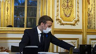 الرئيس الفرنسي إيمانويل ماكرون يتحدث عبر الهاتف مع الرئيس الأمريكي المنتخب جو بايدن
